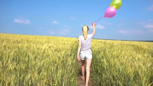 Dospívající žena s bublinami v poli v pomalém pohybu