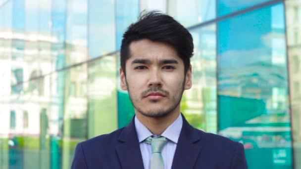 Asijský podnikatel třepání hlavou gesto ne