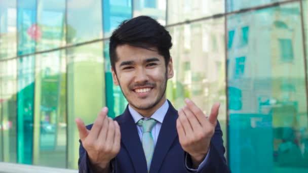 asiatischer Geschäftsmann lädt mit Gesten ein