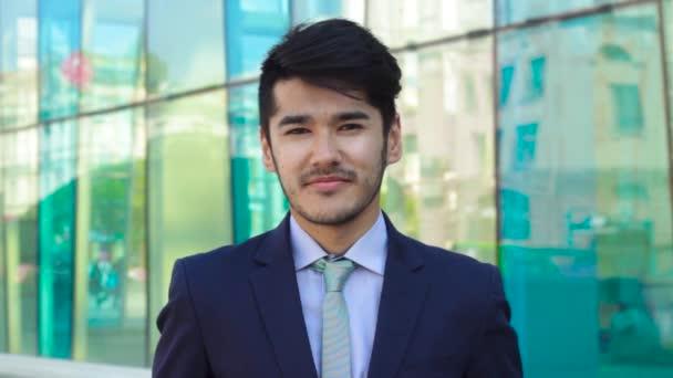 Asiatischer Geschäftsmann zeigt Daumen nach oben
