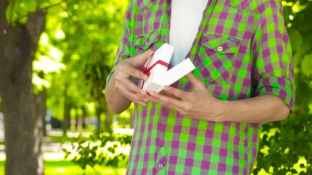 Ruce, otevření dar v parku