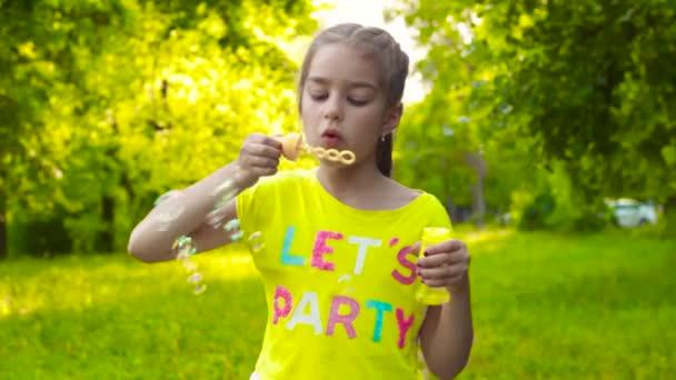 Kleines Mädchen pustet Seifenblasen