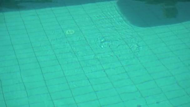 Žena leží na bazén plovoucí na dovolené