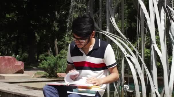 Studenti mají spoustu knih a studovat u fontány