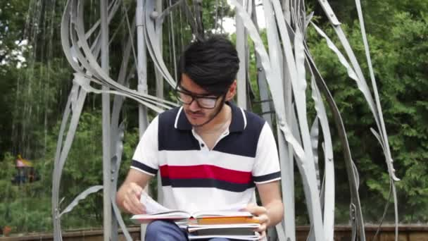 Ember a könyvet olvasó szemüveg diák