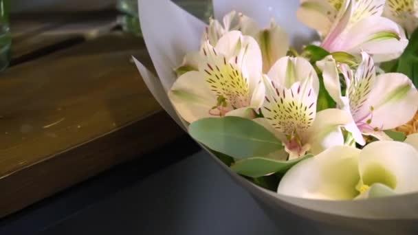 Virágcsokor orchideák és egyéb díszítések