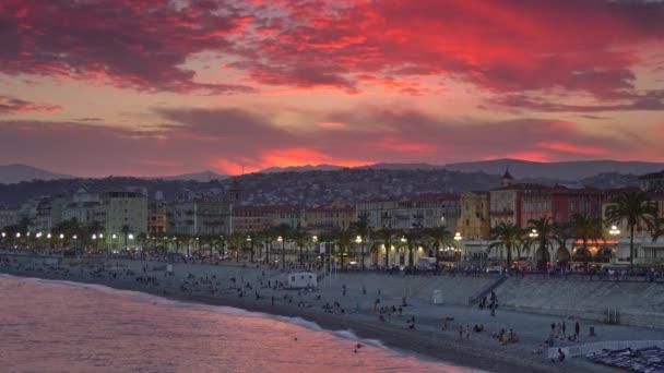Příjemné pobřeží s červenými mraky slunce. Provence, Francie