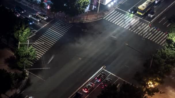 Časová prodleva lidí a přenos přes rušnou křižovatku. Guangzhou, Čína