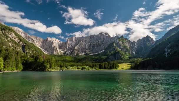 Alpské Itálie. Krajina s horské jezero, Les, hory a mraky. Časová prodleva, 4k