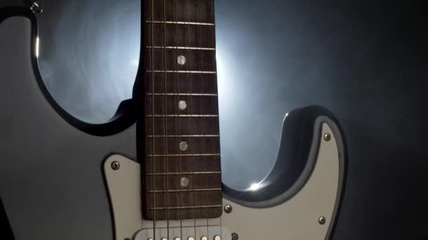 Zavřete vystřelí elektrickou kytaru. Podhledy, lehké a kouře na jevišti před koncertem. Shot, rozlišením 4k Uhd-nakloněná rovina