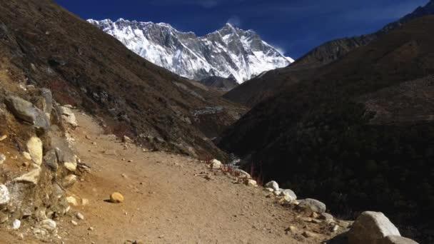 Nepál. Pěší Everest Base Camp Trek. V pozadí je vidět zasněžené Mount Everest. 4k