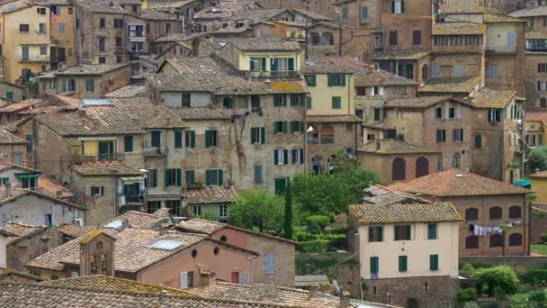 siena, italien. Schwenk auf alte Häuser. Siena ist eine Stadt in der Toskana und bei Touristen sehr beliebt. 4k