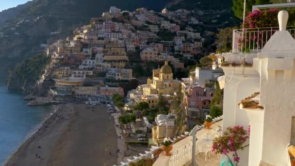 Positano village, Olaszország-a délutáni napsütésben. Positano község a Amalfi a Tirrén-tenger. 4k