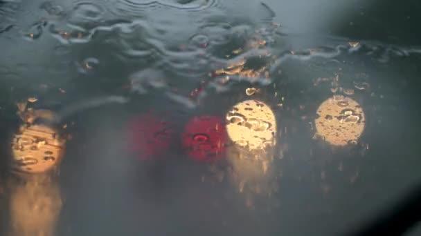 Dešťové kapky na čelní sklo automobilu vítr a stěrače. Špatné počasí koncept