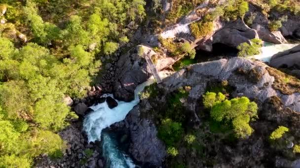 Létání nad tekoucí vodu z horského potůčku v Norsku. Letecký pohled shora dolů, 4k