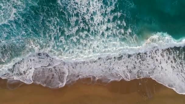 Tenger, vagy óceán surf hullámok. Habos óceán hullámai, folyamatos, és jön egy homokos strand. Légi felülről lefelé lövés, 4k
