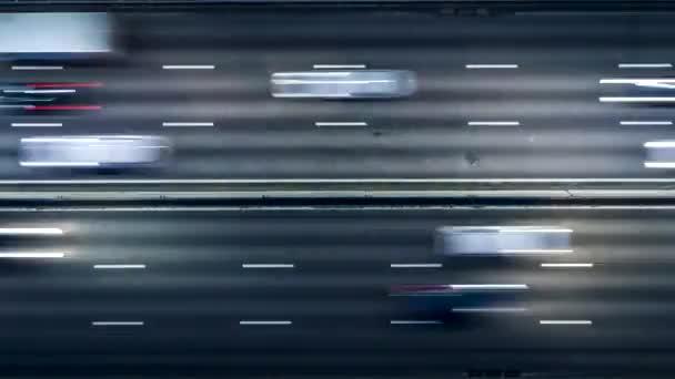 Stau im Berufsverkehr auf der Autobahn. Luft Nachtsicht Zeitraffer Stadtverkehr. uhd 4k