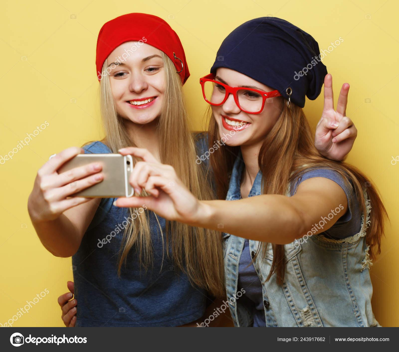 Amigas Se Masturban Juntas chicas guapas jóvenes con gadgets de pie en la calle — foto