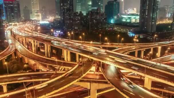 Dálnice v Šanghaji, v noci. Vyhlídkový letecký pohled na velkou osvětlený výměnný vůz s rychlopohybujícími se vozy. 4k doba platnosti.