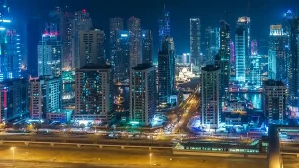 Pestrý panorama Dubaje Marina v noci. Malebný výhled na potok s mrakodrapy a dálnicemi. 4k doba platnosti