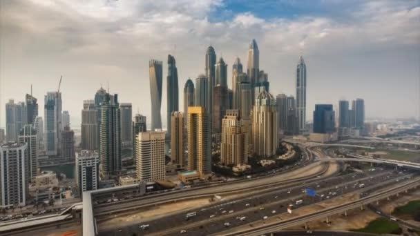 Fantastický panorama Dubaje Marina. Malebný výhled na mrakodrapy a dálnice ve dne. 4k doba platnosti.