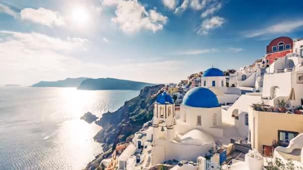 Kostely v Oia, ostrov Santoríni v Řecku, za slunečného dne.