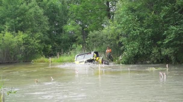 auto Suv Drive prostřednictvím Ford 4 x 4 mud