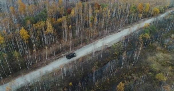 Pohled z oblohy podzimní silniční auto. Letecký pohled na venkovské silnici v podzimním lese. Doménovou strukturu a drone dálnice. Silnice v horním lese zobrazit toyota tacoma