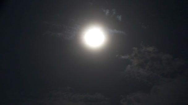 Úplněk v noci s mraku skutečných