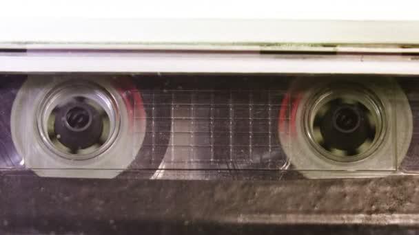 Zvuková kazeta pásek v použití záznamu zvuku v magnetofon. Ročník hudební kazeta s prázdnou white label, přehrávání v přehrávači