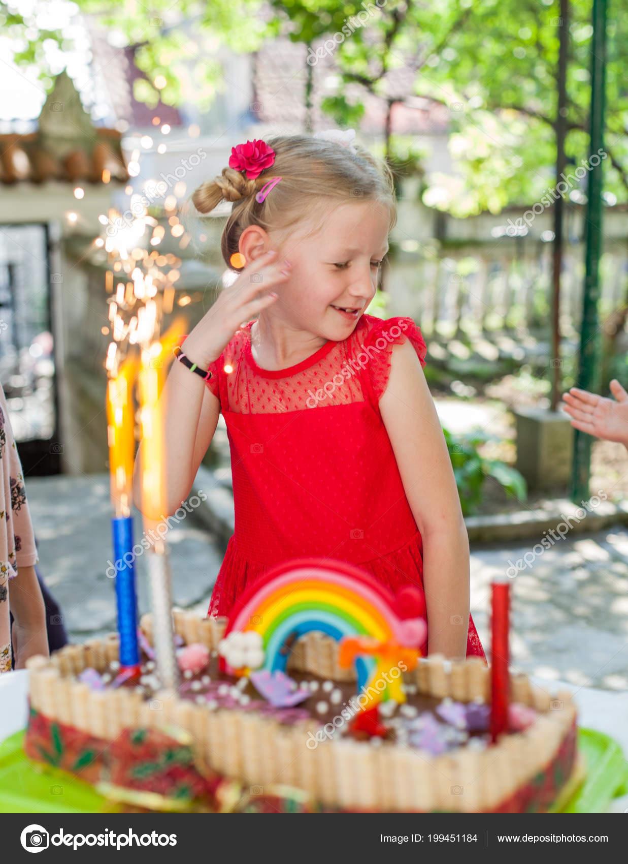 Porträt Von Kleinen Mädchen Roten Kleid Feiern Geburtstag Kuchen Mit ...