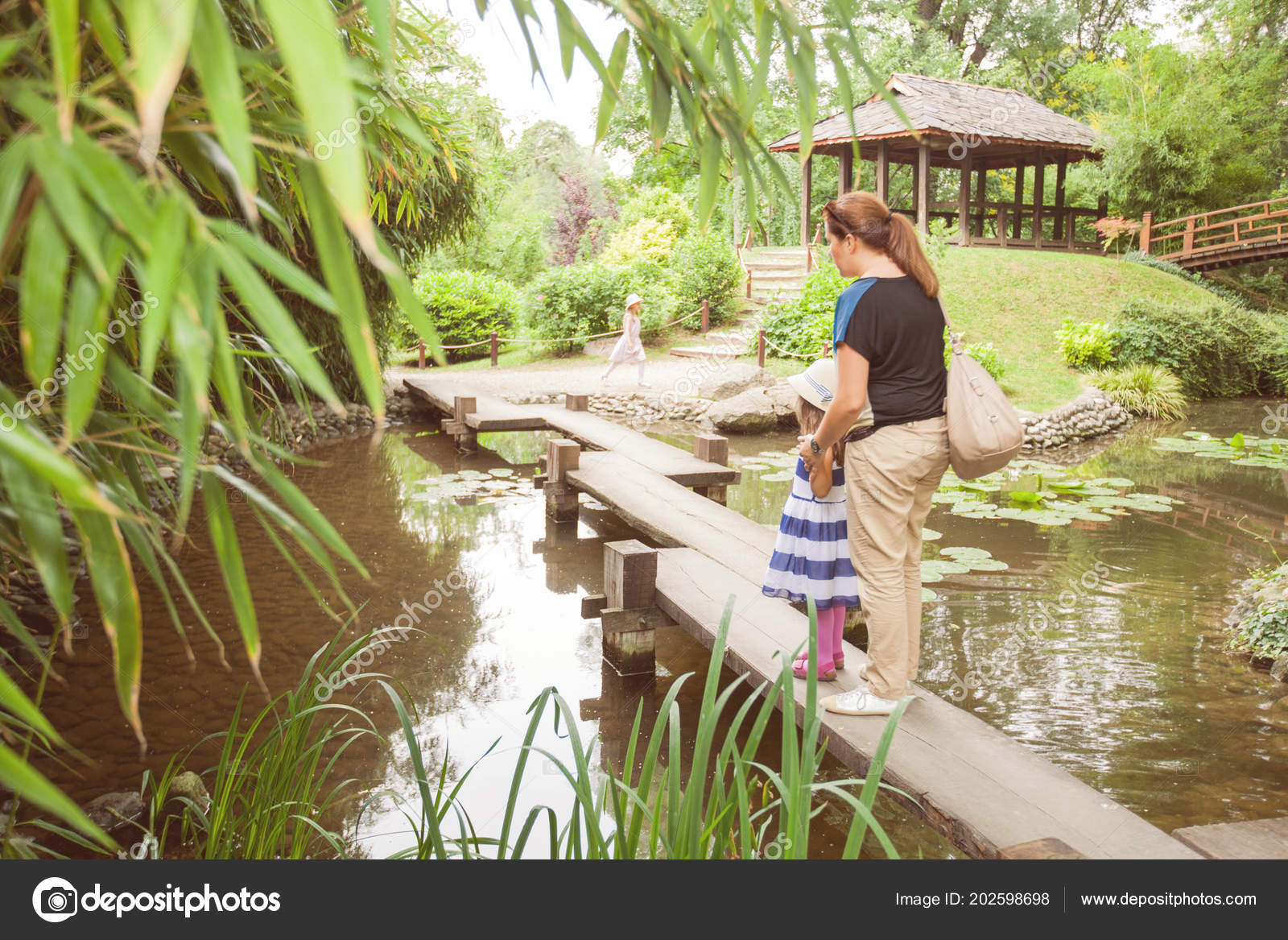 Madre Niñas Vestidos Elegantes Jardín Con Estanque Foto De
