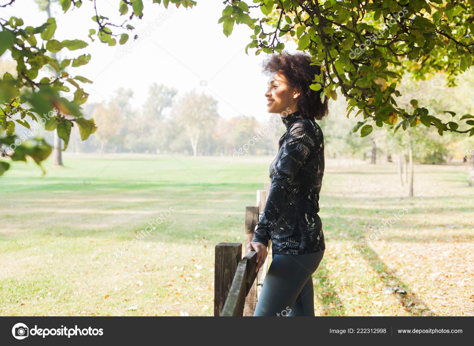 Femme africaine de remise en forme détente après jogging au parc le matin ca555926b13