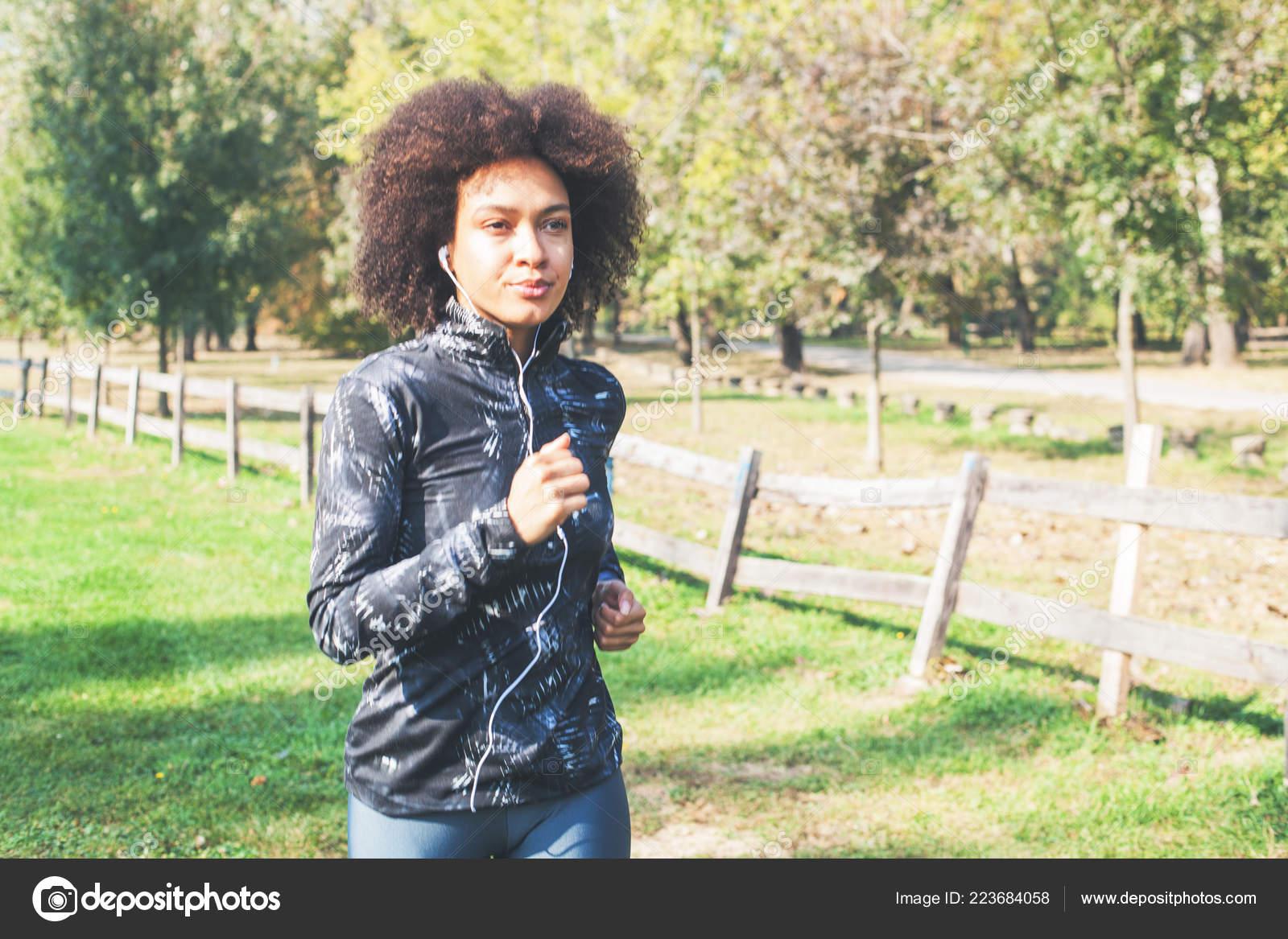 Activité Saine Dans Parc Femme Africaine Fitness Footing Champs ... 9ccb1f1d161