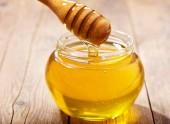 nalévání med do sklenice