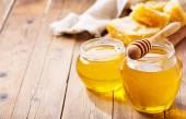 sklenice medu s voštiny