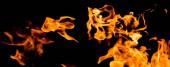 Plameny požáru na černém pozadí