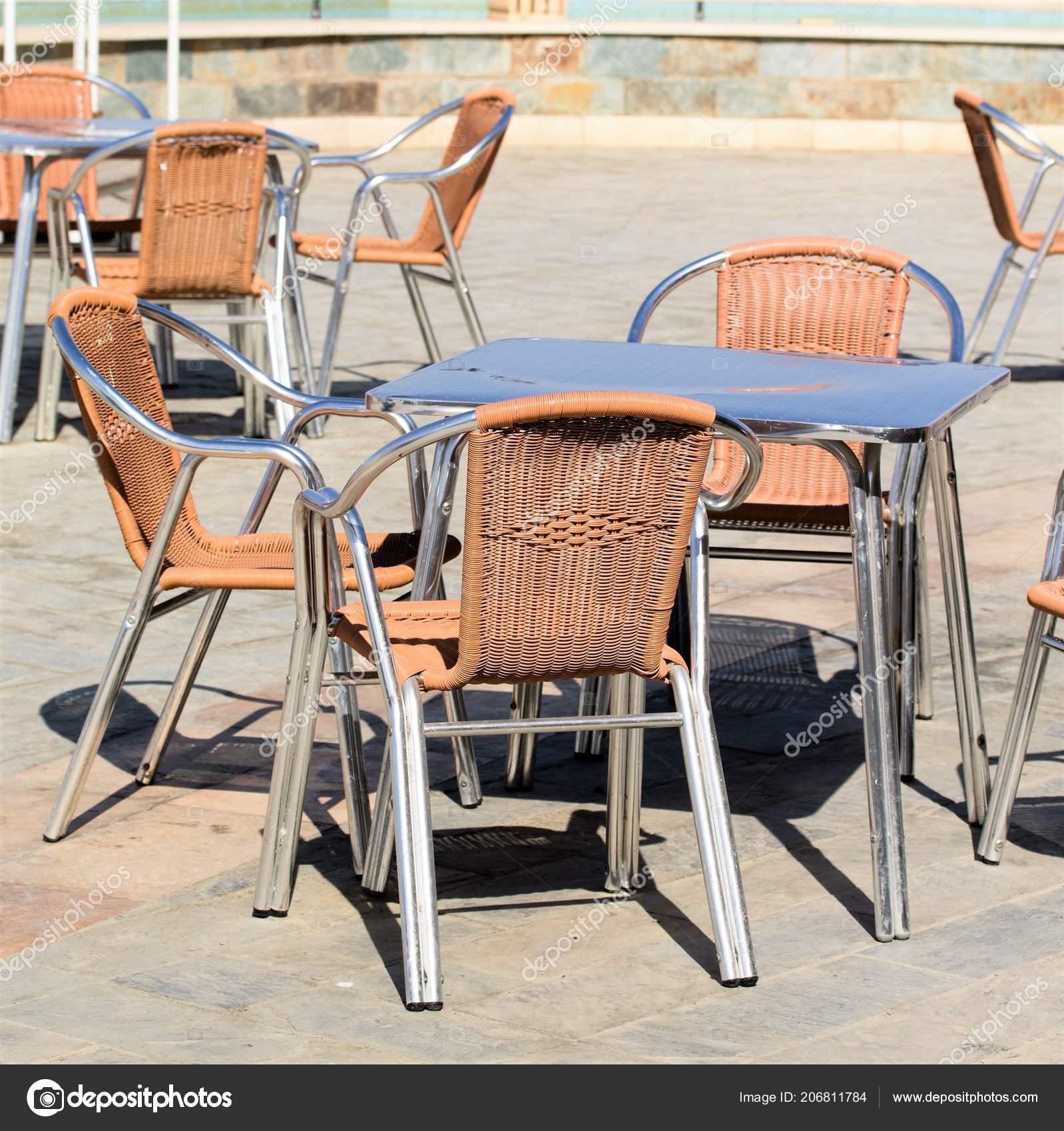 стулья столы улице интерьер кафе стоковое фото Kzwwsko 206811784