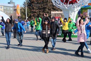 Petropavlovsk, Kazakistan - 20 Mart 2017: İnsanlar kutlamak, Milli takım, Petropavlovsk gençlik dansları. Kazakistan işaretleri bahar günü.