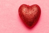 Cuore rosso su uno sfondo rosa. Sfondo bellissimo giorno di San Valentino da cuori. Concetto di amore e romanticismo. Priorità bassa di amore.