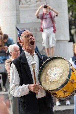 Funchal, Portekiz - 19 Nisan 2018: Halk müzisyenler ve dansçılar Avenida Arriaga Funchal Madeira Adası, Portekiz performans.