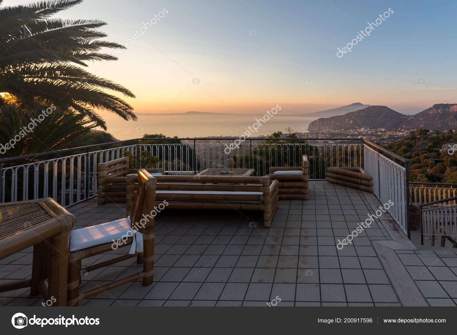 Tavolo Sulla Terrazza Che Affaccia Sul Golfo Napoli Sul