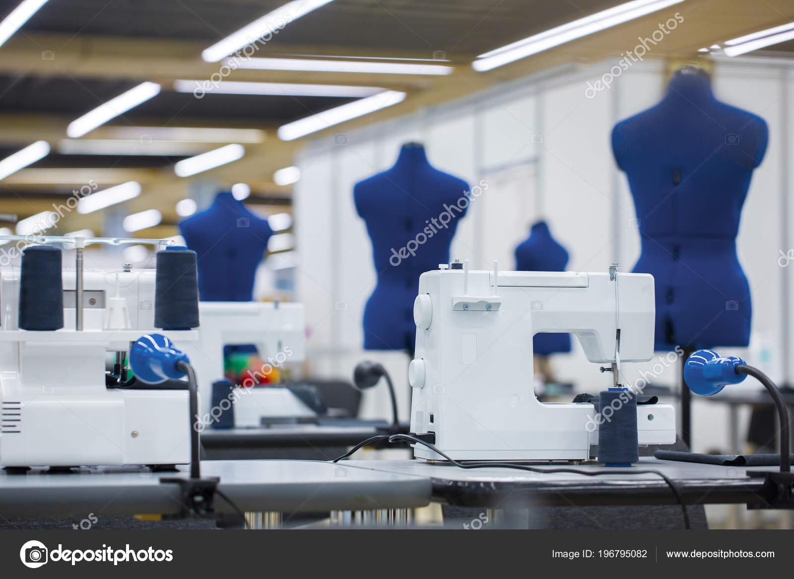 ac77d9e35 Интерьер швейной фабрики. Закрывает, делая ателье с нескольких швейных  машин. Пошив одежды промышленности, моды дизайнер мастерской, ...