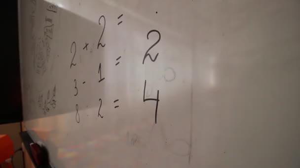Frau schreibt Ziffern auf Whiteboard, hd video