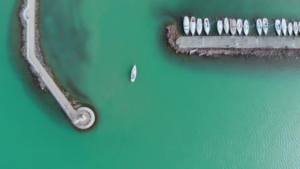 Fehér vitorlások a Balatonban, drone felülnézet