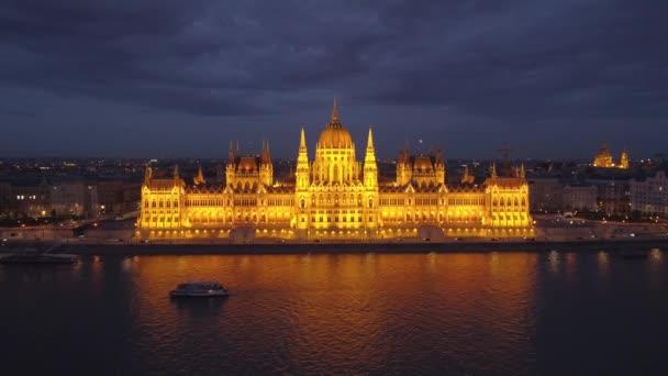 Éjszakai videó a magyar parlamentben és a Duna-parton Budapesten