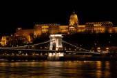 Budapest, Magyarország - December 08, 2018: Magyar tereptárgyak, Chain Bridge, királyi palota és a Duna folyó budapesti éjszaka. Fotó kép