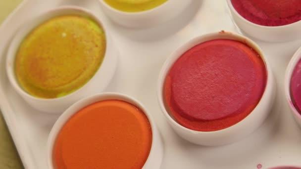 Nahaufnahme von Acrylfarben und Mischpinsel
