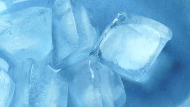 Nahaufnahme eines Eiswürfels mit Wasser