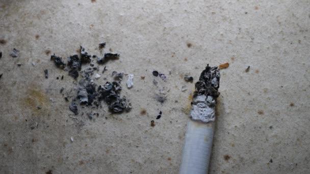 Közelről égő cigaretta füst és füst